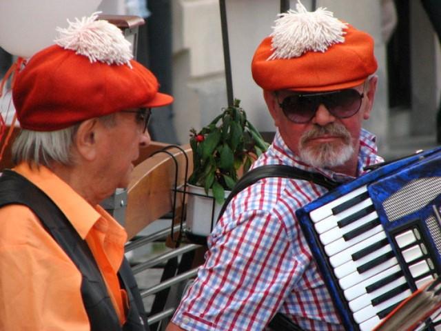 Muzycy w czapkach z białymi pomponami