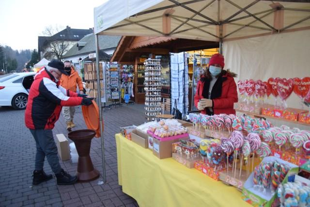 Na stoiskach będzie można zakupić ozdoby, prezenty, ciasteczka, przyprawy, zioła, ceramikę i wiele innych pięknych rzeczy.