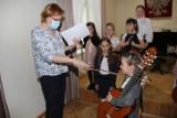 Pierwszoklasiści z Państwowej Szkoły Muzycznej I stopnia w Brzezinach po raz pierwszy zagrali koncert dla swoich mam