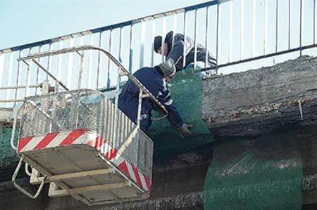 Kilka dni temu sypiący się wiadukt trzeba było zabezpieczyć siatkami, bo gruz sypał się wprost na ludzi i samochody. fot. Wojciech  Trzcionka