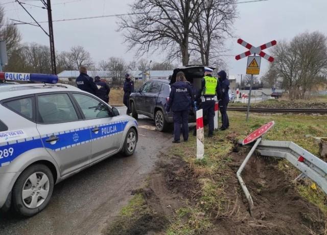 Mężczyzna staranował znak drogowy i zatrzymał się na przejeździe kolejowym. Szybka reakcja policjantów uratowała życie nieodpowiedzialnemu kierowcy.