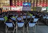 Kraków. Kino plenerowe pod Galerią Krakowską przyciąga tłumy [ZDJĘCIA]