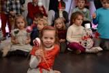 Malowane bombki, czyli świąteczne warsztaty rodzinne w Sierakowie [ZDJĘCIA]