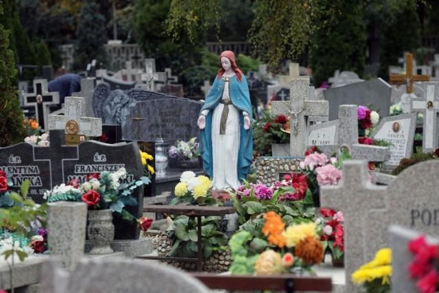 Cmentarz za oknem domu czy mieszkania może brzmieć przerażająco, ale wiele osób ceni sobie tak spokojne sąsiedztwo.