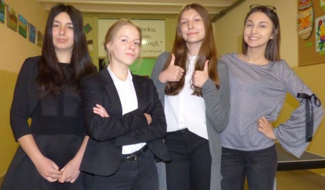 Uczennice buskiego Gimnazjum numer 2 (od lewej): Anna Domagała, Aleksandra Gręda, Aleksandra Morus, Nicole Kwolik po pierwszej odsłonie egzaminów - sprawdzianie z historii i wiedzy o społeczeństwie - były w świetnych nastrojach.