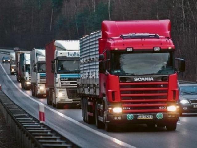 Tiry nie dają się wyprzedzać  Na drogach zdarzają się złośliwi kierowcy (zarówno osobówek, jak i ciężarówek), którzy utrudniają wyprzedzanie. Ciężarówka zajmuje dwa pasy i uniemożliwia wyprzedzenie się, choć nie ma ku temu żadnych powodów.