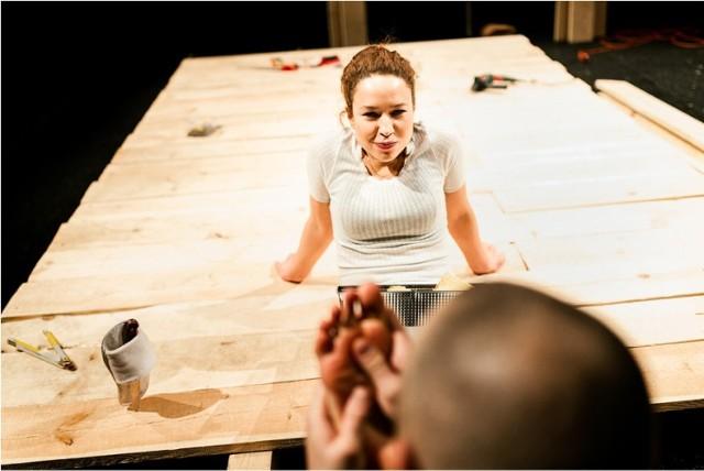 """""""Mały ma dziewczynę"""" to reżyserski debiut  Agaty Dyczko, studentki Wydziału Reżyserii na Akademii im. Zelwerowicza w Warszawie, na warszawskiej scenie  - To historia trudnej miłości do autystyka i perypetii związanych z życiem pod jednym dachem z taką osobą. Spektakl o konieczności podjęcia ryzyka w relacjach z innymi. O potrzebie bliskości i posiadania czegoś na własność - mówi reżyserka. To jedna z propozycji Teatru Ochoty w ramach Letniego Przeglądu Teatru Ochoty. Wakacje mogą być dobrym pretekstem, by zajrzeć do nowego-starego teatru przy Reja.  14, 15 lipca, godz. 19.00 ul. Reja 9"""