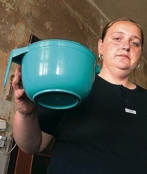 Agnieszka Wiśniewska mówi, że gdy pada deszcz, w mieszkaniu woda leje się jak z cebra. Miski i wiadra napełniają się  w kilka minut.