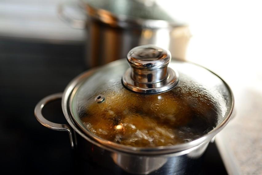 Woda po gotowaniu ziemniaków zawiera dużo skrobi oraz...