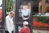 """Wystawa """"Gnieźnianie Anno Domini 2020"""" - zdjęcia można podziwiać u zbiegu ulic Łubieńskiego i Chrobrego"""