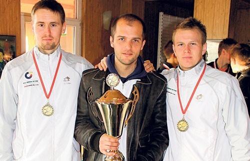 Mateusz Kowalczyk (z lewej) i Grzegorz Panfil z trenerem Łukaszem Kuboszkiem (w środku)