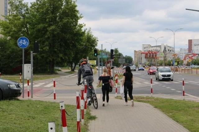 Rowerzyści jeżdżą na tym odcinku po chodniku.