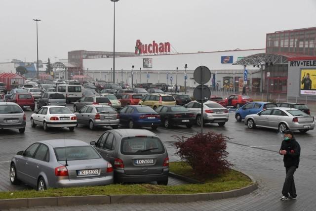 W sobotę 24 października, mimo że Kielce są w czerwonej strefie i od rana weszły w życie nowe obostrzenia ruch przy marketach i centrach handlowych był bardzo duży. Przed wszystkimi marketami spożywczymi parkingi były wypełnione. Duży ruch już od rana był także w marketach budowlanych.   Zobaczcie co działo się w Kielcach w sobotę 24 października przy marketach i centrach handlowych