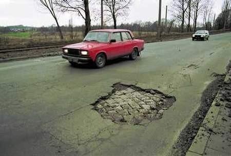 Takich miejsc ze zniszczoną nawierzchnią jest sporo na miejskich drogach. ZDJĘCIE: JACENTY DĘDEK