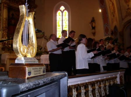 Statuetka lutni podczas tegorocznego Festiwalu Pieśni Chóralnej o mały włos trafiłaby do chóru kościelnego Świętej Cecylii z Czerska.
