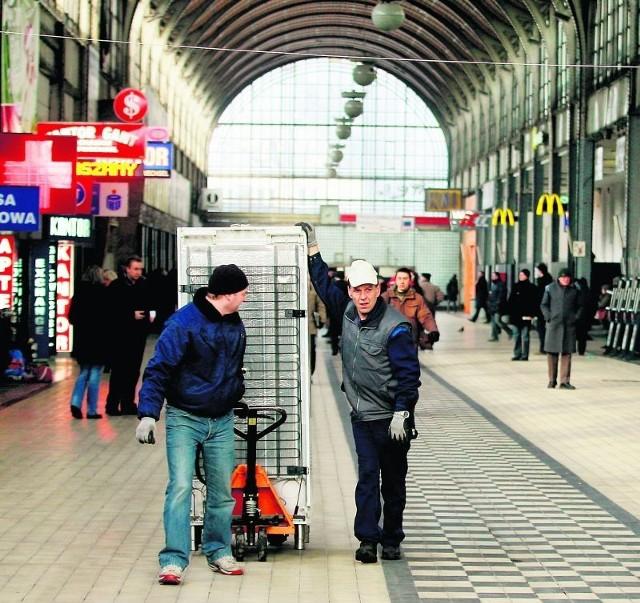 Pracownicy kawiarni sieci CoffeeHeaven wywieźli wczoraj lodówkę z lokalu w holu dworca