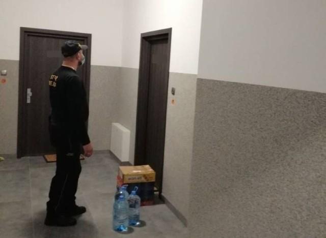 Strażnicy miejscy w Szczecinku dostarczają żywność osobom w kwarantannie, a policja kontroluje czy ludzie siedzą w domach