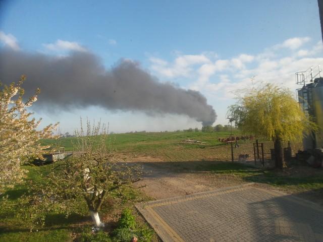 Ogień pojawił się w budynku, gdzie pracownicy zajmują się przetwórstwem plastiku.  Strażacy z Chełmna do pożaru w Kornatowie zostali wezwani krótko przed godziną 7 rano. Na miejscu zastano palący się plastik i makulaturę w jednym z zakładów przetwórstwa. 13 zastępów straży z Chełmna i okolic, które zostały wezwane na miejsce od razu przystąpiły do akcji gaśniczej. Ogień objął powierzchnię około 300 metrów kwadratowych. -Musieliśmy ewakuować 5 osób z pobliskiego budynku mieszkalnego z uwagi na rozprzestrzeniający się dym - mówi mł. kpt. Tomasz Guzek, rzecznik strażaków z Chełmna.  Na szczęście sytuację udało się już opanować. Na miejscu trwa dogaszanie. W akcji wzięło udział ok. 65 strażaków z powiatu chełmińskiego.  Właściciel zakładu wycenił straty na ok. 200 tysięcy złotych.