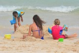 Co zabrać na plażę? Niezbędnik każdego rodzica, czyli 10 rzeczy, które potrzebujesz, idąc z dzieckiem na plażę!