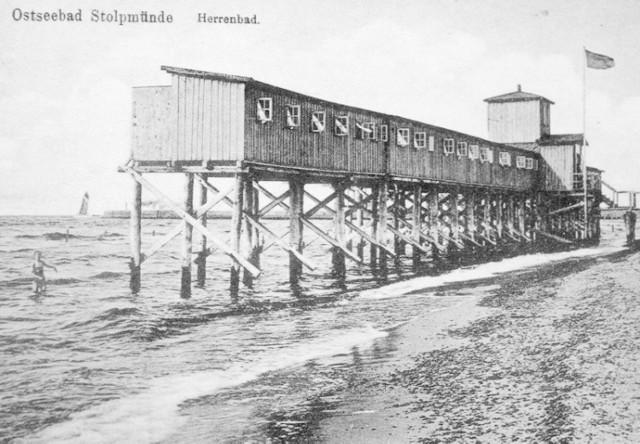 """Kąpielisko dla mężczyzn w Ustce, usytuowane przy plaży zachodniej. Reprodukcja z albumu E. i A. Brzóska pt. """"Ustka, jakiej nie znamy""""."""