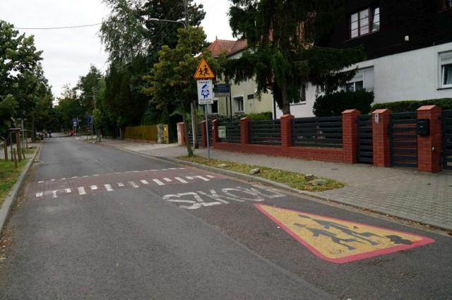 Przy szkole znajdującej się przy ulicy Pięknej w Poznaniu także będzie bezpieczniej. Zarząd Dróg Miejskich zadbał o nowe, wyraźne oznakowanie i słupki, które uniemożliwiają samochodom wjazd na chodnik