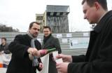 Gdynia: Flesz z przeszłości. 14.04.2013. Marcin Horała częstuje szampanem na ul. Świętojańskiej. Jaki jest tego cel?