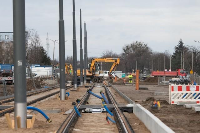 Trzy największe inwestycji, które obecnie prowadzone są w Poznaniu to przebudowa ronda Rataje, torowiska wraz z infrastrukturą drogową na Wildzie oraz zasadnicze prace przy budowie trasy tramwajowej na Naramowice. Ich realizacja powoduje uciążliwości dla pasażerów komunikacji miejskiej, pieszych, kierowców i rowerzystów. Poznaniacy ze zniecierpliwieniem czekają na zakończenie robót. Niedawne mrozy przystopowały prace budowlane. Teraz drogowcy je wznowili. Na zdjęciu budowa trasy tramwajowej na Naramowice.   Zobacz więcej zdjęć ----->