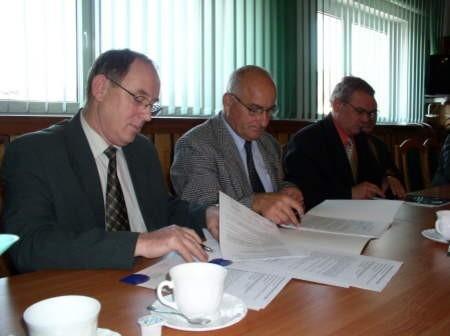 Podpisanie umowy na budowę sieci kanalizacyjnej z Czerska do Czarnej Wody. Na zdjęciu (od lewej): Jan Grzonka, burmistrz Czarnej Wody, Zdzisław Synoradzki, prezes firmy Ekomel, wykonawca robót oraz Marek Jankowski, burmistrz Czerska.
