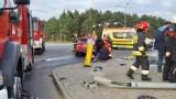 Wypadek na skrzyżowaniu ulic Akademickiej z Rejewskiego w Fordonie w Bydgoszczy. Zderzyły się dwa auta, jedno z nich dachowało [zdjęcia]