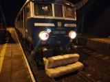 Pijani opolanie zrzucili wersalkę na tory wprost pod pociąg pospieszny! Przy okazji zerwali trakcję elektryczną