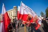 7. rocznica katastrofy smoleńskiej. Flagi i transparenty na Krakowskim Przedmieściu [ZDJĘCIA]