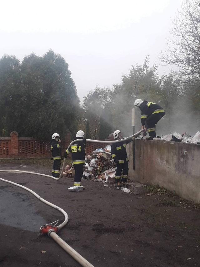 Strażacy z powiatu brodnickiego gasili płonące śmieci i usuwali wysłodki buraczane z jezdni
