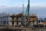 Trwa budowa bloków mieszkalnych przy Parkowej. Wkrótce zostaną ogłoszone zasady naboru wniosków, kryteria pierwszeństwa i najmu [ZDJĘCIA]