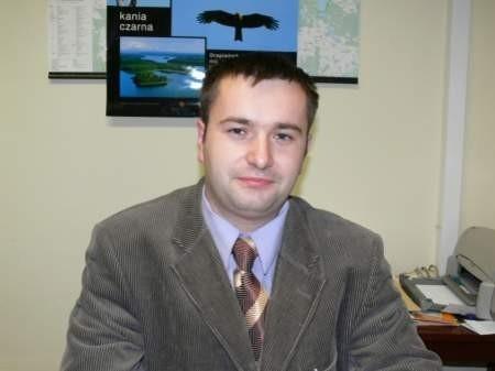 Rafał Narloch (27 lat), najmłodszy wójt na Pomorzu ma 3 miesiące na podjecie decyzji w sprawie swojego ojca, który teraz jest jego podwładnym.