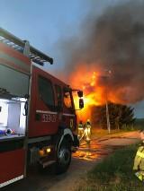 Trudna akcja ratownicza strażaków podczas gaszenia pożaru w Nowcu