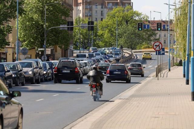 Wyniki obliczeń analityków Ubea.pl informują, że w zależności od miasta wojewódzkiego różnica cenowa dotycząca najtańszego OC oraz całej oferty rynkowej waha się od 14 proc. (Łódź) do 55 proc. (Gdańsk).