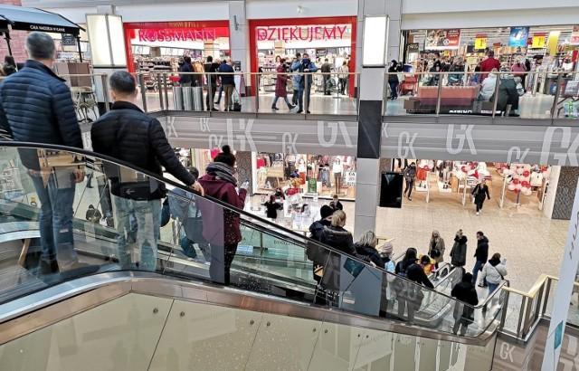 W ostatnich latach z Polski zniknęło kilkanaście zagranicznych marek sklepów odzieżowych i obuwniczych.  Których sklepów już nie ma lub niedługo nie będzie w Polsce? Zobacz >>>
