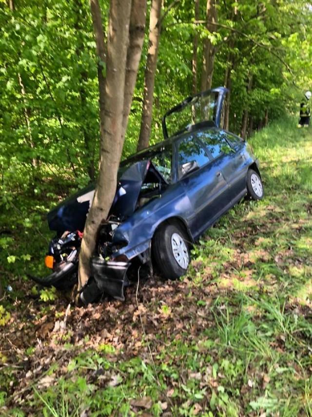 Kierowca osobówki uderzył w drzewo