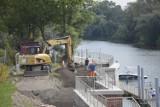 Wznowiono prace przy naprawie nabrzeża mariny w Głogowie. Jak długo potrwają?