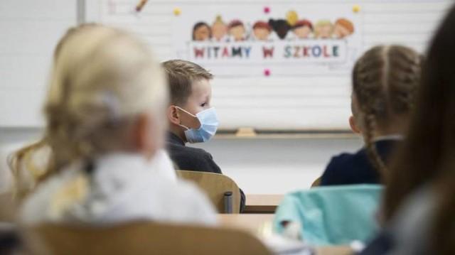 Szkoły z zajęciami zdalnymi online w powiecie oleśnickim. Gdzie wprowadzone zostały takie zajęcia? Kliknij w kolejne zdjęcie i sprawdź >>>