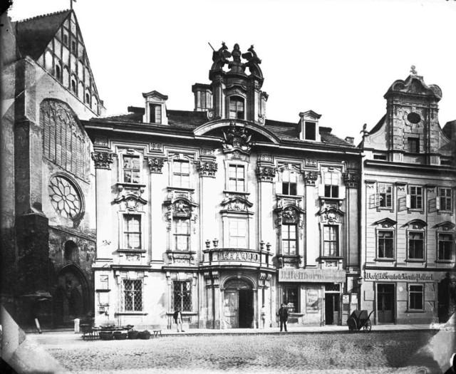 Pałac Hochbergów został zbudowany w latach 1714-1717 dla Otto Konrada barona von Hochberga.  Znajdował się w ścisłym centrum.