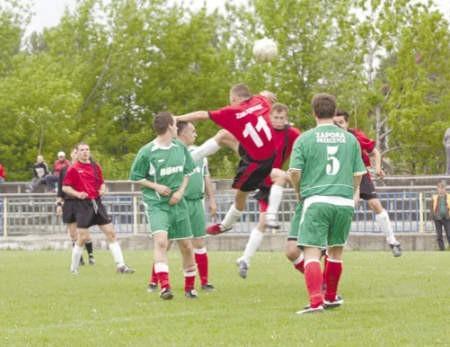 Piłkarze Zagłębiaka (czerwone stroje) bez problemów pokonali osłabionych rywali.
