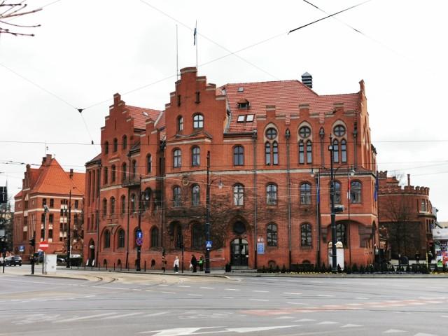 Sprawdziliśmy, jakie są  średnie zarobki na stanowiskach urzędniczych: kierowniczych i zwykłych, oraz stanowiskach pomocniczych w Urzędzie Miasta Torunia i Starostwie Powiatowym w Toruniu. >>>>>