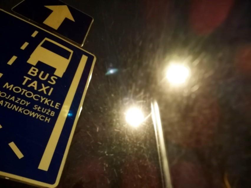 Od rana w Bydgoszczy pada śnieg. Na chodnikach i ulicach...