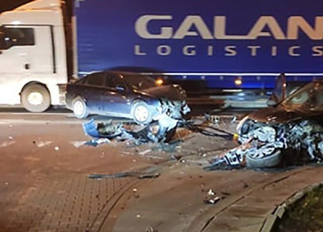 Do zdarzenia samochodów doszło w niedzielę, 19 stycznia, wieczorem na ul. Kasprzaka w Gorzowie. Oba pojazdy zostały mocno rozbite.   Na ul. Kasprzaka zderzyły się opel i renault. Kierowca jednego z samochodów wyjeżdżając ze stacji benzynowej wjechał wprost pod prawidłowo jadycą pojazd. Doszło do zdarzenia.   Na miejsce zdarzenia dojechały wozy straży pożarnej, policji oraz karetka pogotowia ratunkowego. Na miejscu wystąpiły utrudnienia w ruchu.  Zobacz również: Kierowca ciężarówki przegrał z silnym wiatrem. Wypadek nagrała policyjna kamera  źródło: STORYFUL
