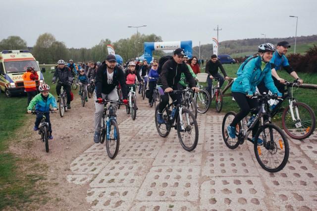 """Popularność jazdy rowerem rośnie - i to zarówno tej rekreacyjnej, jak i codzienne, rozumianej jako środek transportu do szkół, uczelni czy pracy. Potwierdza to opublikowany raport Fundacja Allegro All For Planet """"Kręć Kilometry po technologię"""". Dane zbierano do maja do września, w tym czasie każdy rowerzysta z włączoną specjalną aplikacją mógł """"nabijać"""" kilometry dla swojego miasta. A bydgoszczanie robili to bardzo skutecznie. Co wynika z raportu?  więcej danych z raportu >>> (kliknij lub przesuń zdjęcie gestem)   Stop Agresji Drogowej, odcinek 4:"""