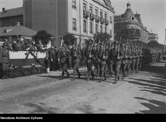 Jubileusz dwudziestolecia istnienia 3 Pułku Piechoty w Jarosławiu. Defilada 1934