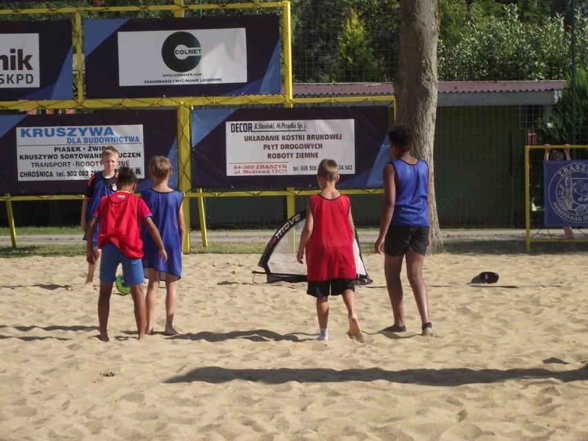 Turniej piłki nożnej plażowej. Gry i zabawy z piłką nożną - plaża miejska