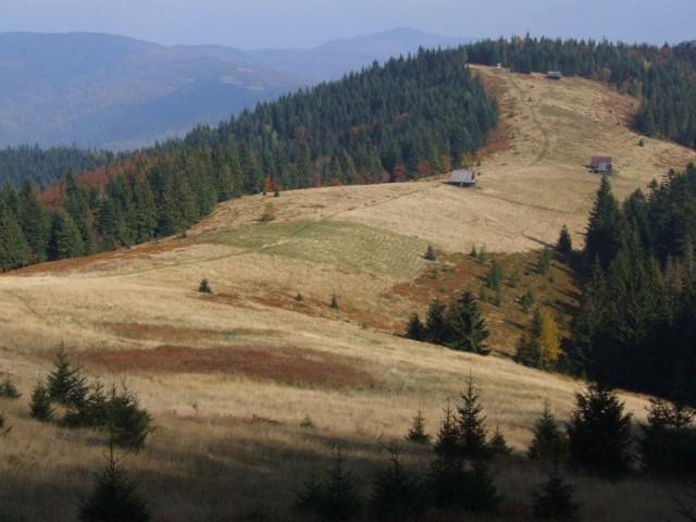 Gorce to pasmo górskie leżące w Beskidach Zachodnich. Nazwa związana jest prawdopodobnie ze słowem gorzeć (palić się, płonąć) i pochodzi od sposobu uzyskiwania polan śródleśnych metodą żarową. W innych źródłach można też spotkać nazwę Górce, która mogłaby oznaczać niskie góry.   Jakby nie było, są to niższe od Tatr góry, przez wielu niedocenianie. Tymczasem jest to miejsce, gdzie naprawdę można się zgubić, odciąć od cywilizacji, a w czasie wypadku nie spotkać ani jednej żywej duszy. Co w sytuacji zagrożenia jest wręcz pożądane. Gdzie więc idziemy? Zobacz dalej propozycje tras (wybraliśmy je w oparciu o portal pieniny.com).