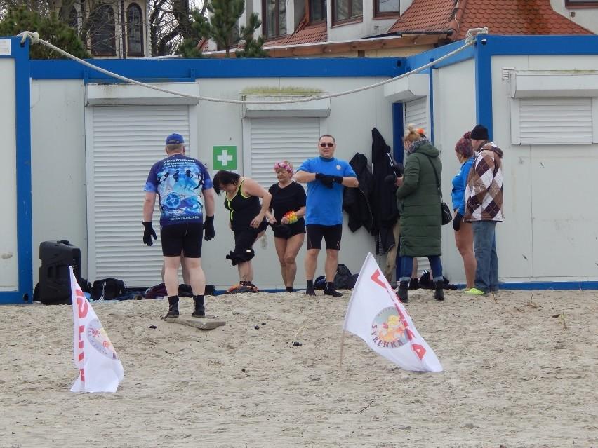 Wiosenna pogoda zachęciła do morsowania w Bałtyku [ZDJĘCIA]